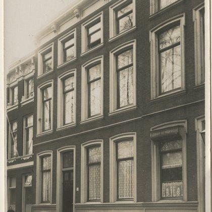 1871: woonhuis 2e van den Boschstraat 26 Den Haag (geheel links)